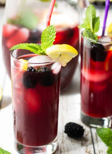 blackberry iced tea with mint and lemon slices